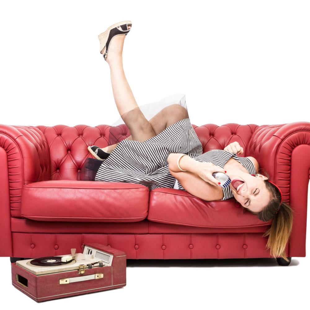 valentina esposito fotoreporter ritratto pinup divano rosso-3