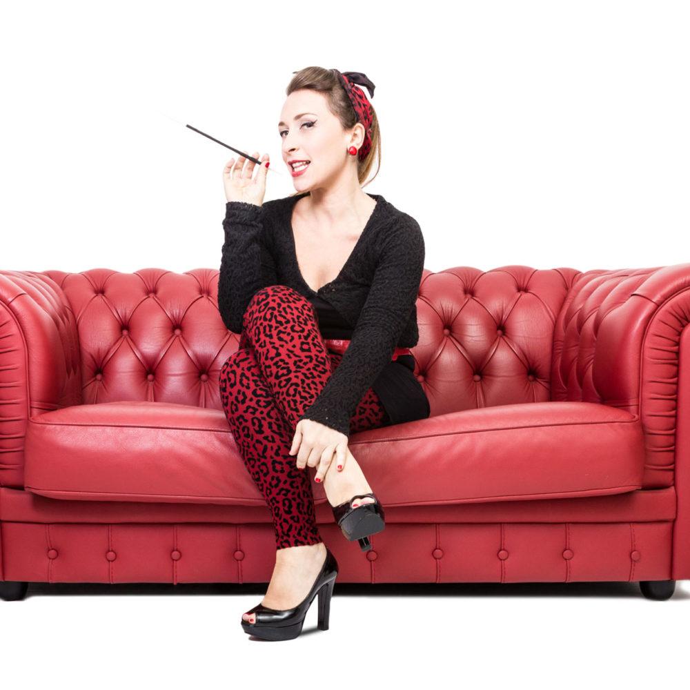 valentina esposito fotoreporter ritratto pinup divano rosso-1