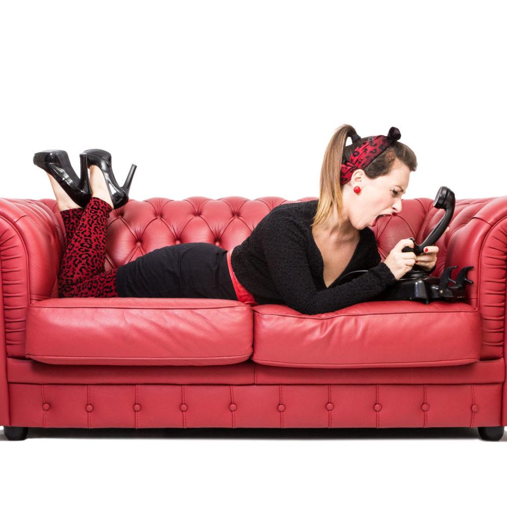 valentina esposito fotoreporter ritratto pinup divano rosso-2
