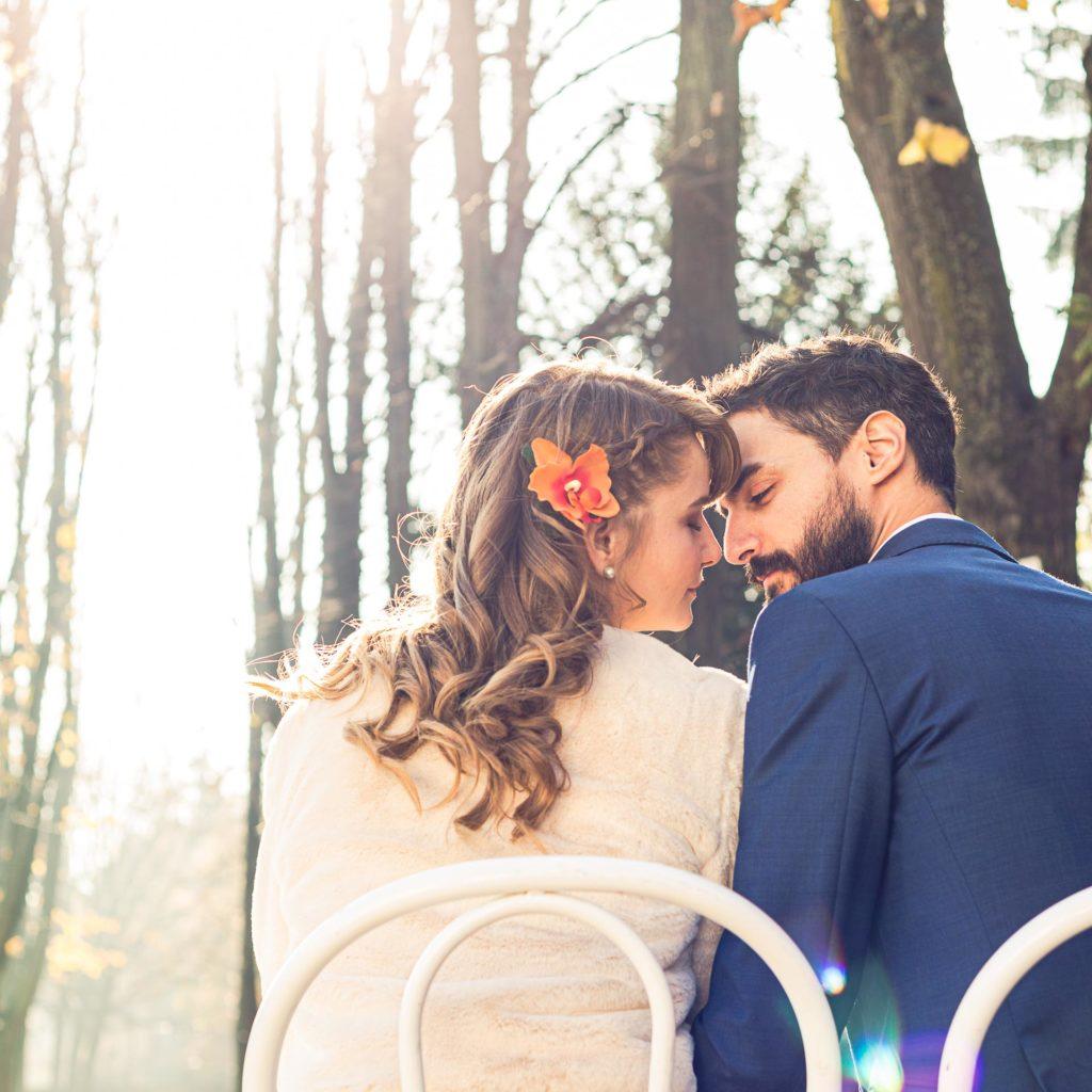 matrimonio in autunno sposi seduti viale alberato