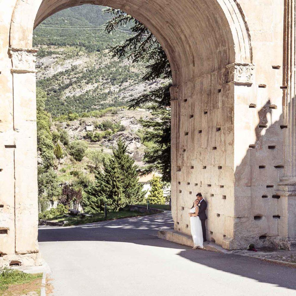 valentina esposito fotoreporter matrimoni sposi che si abbracciano sotto arco romano