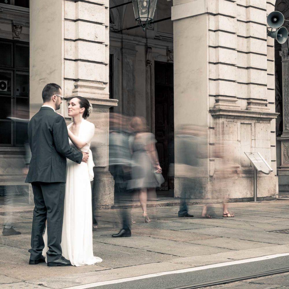 valentina esposito fotoreporter matrimonio autunno torino sposi di fronte comune e folla intorno