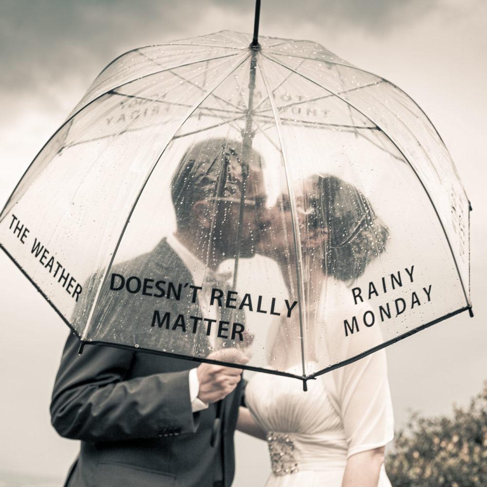 valentina esposito fotoreporter matrimonio autunno sposi con ombrello perchè piove