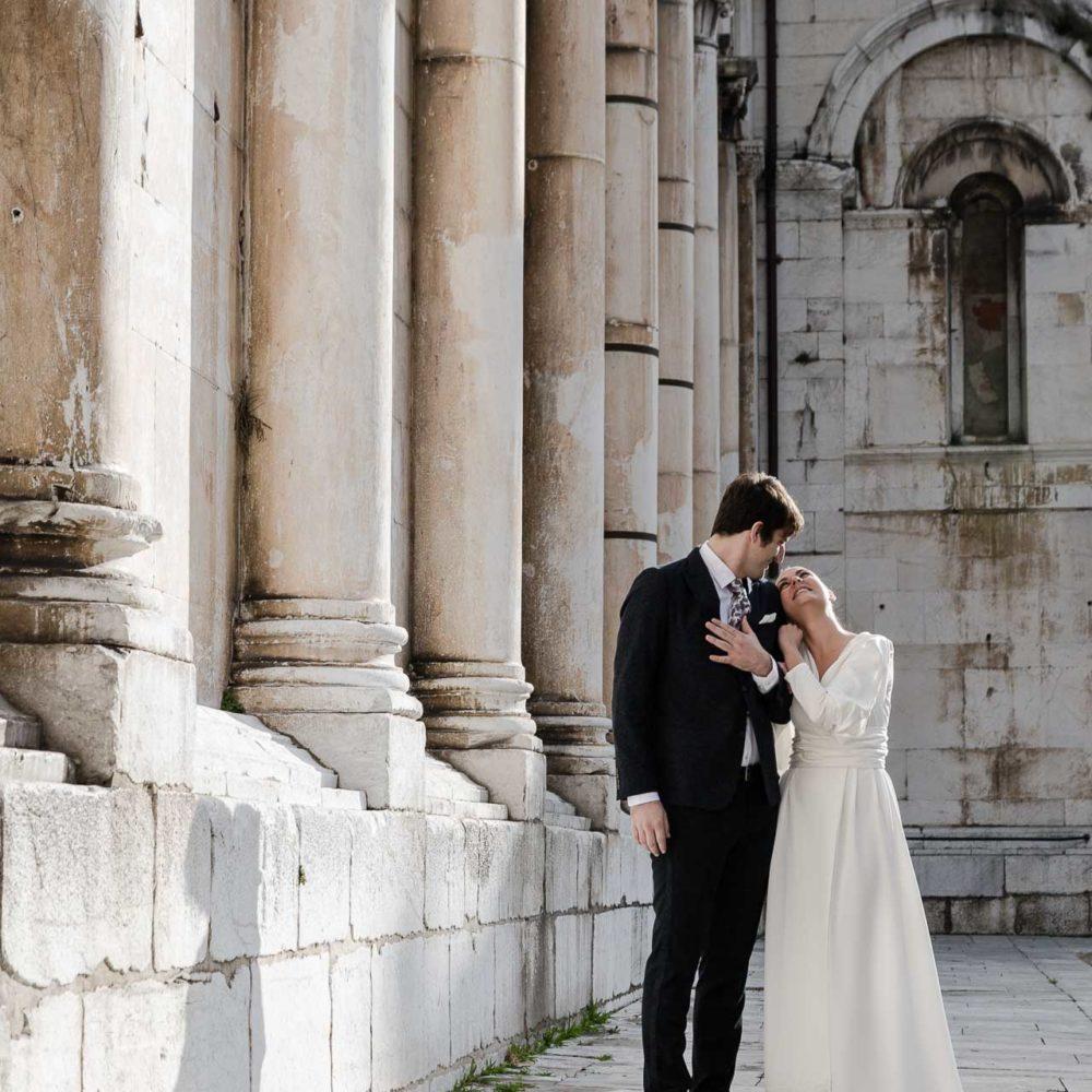 valentina esposito fotoreporter matrimoni sposi in piedi che si guardano