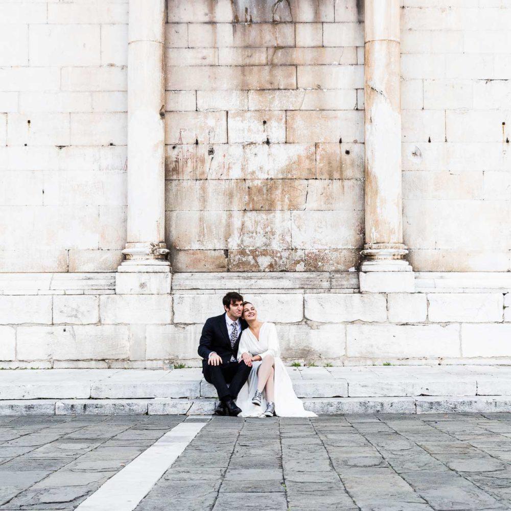valentina esposito fotoreporter matrimoni sposi seduti su bordo chiesa