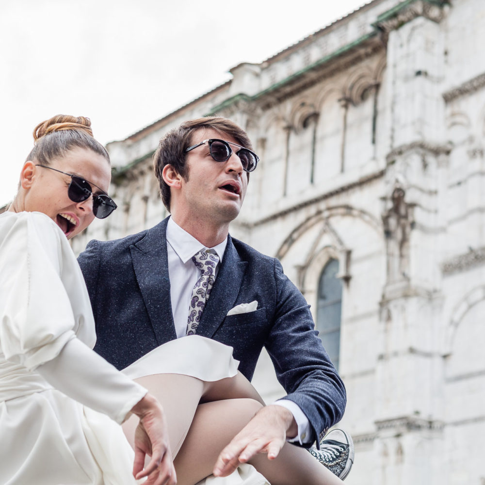 valentina esposito fotoreporter matrimoni sposi con occhiali da sole che ridono