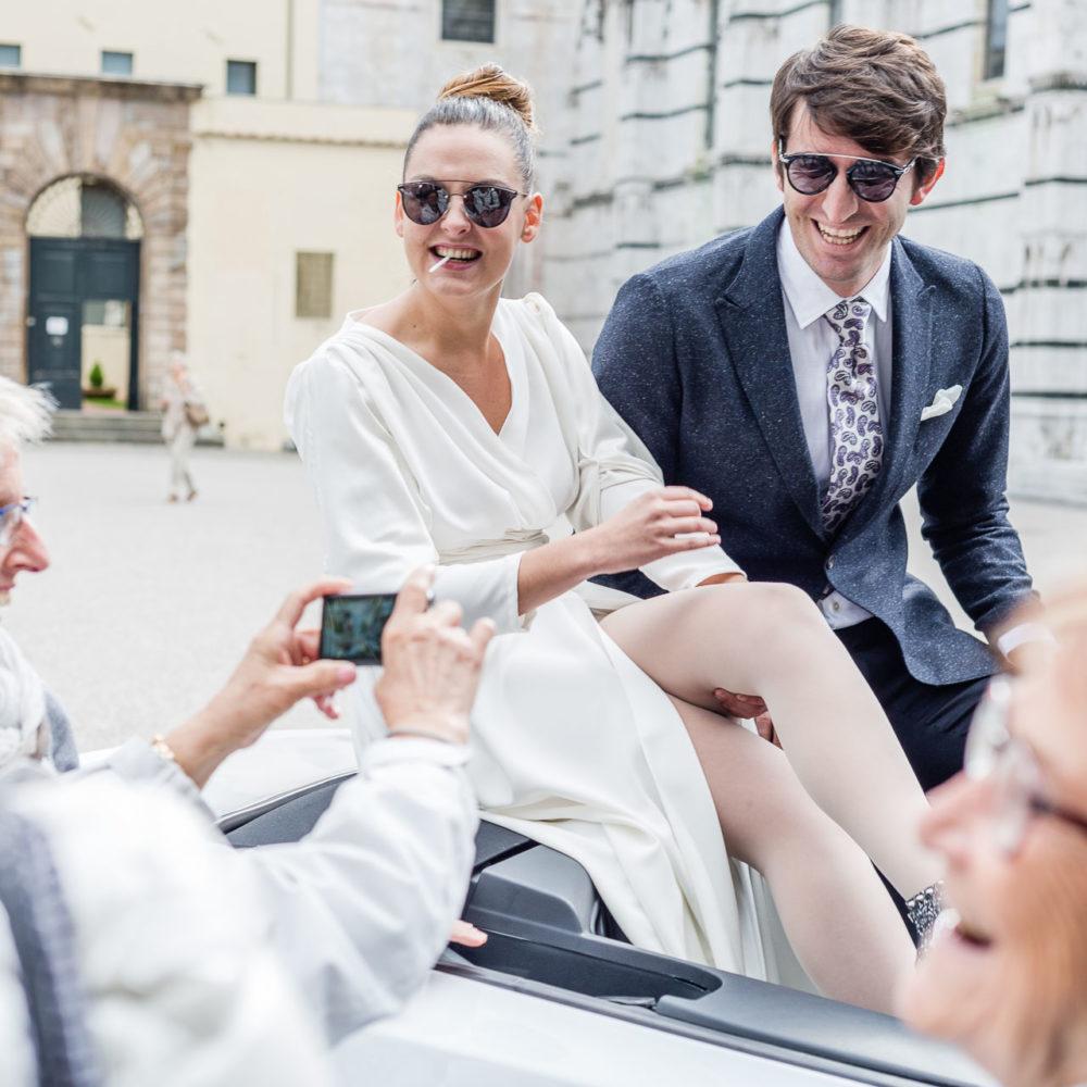 valentina esposito fotoreporter matrimoni sposi seduti su retro macchina