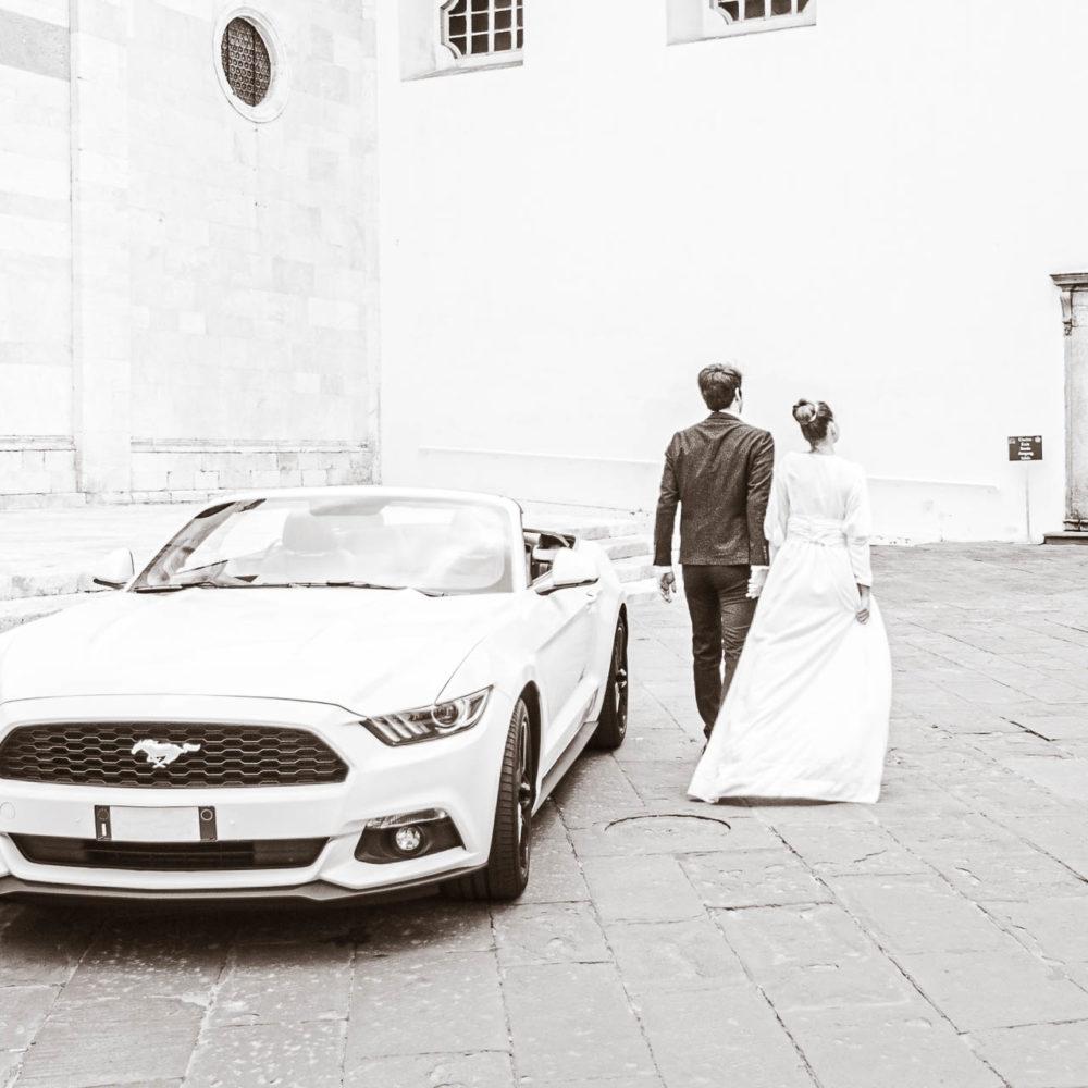 valentina esposito fotoreporter matrimoni sposi con mustang bianca
