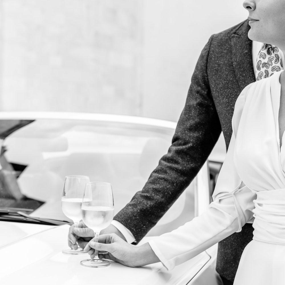 valentina esposito fotoreporter matrimoni sposi brindano su cofano mustang bianca