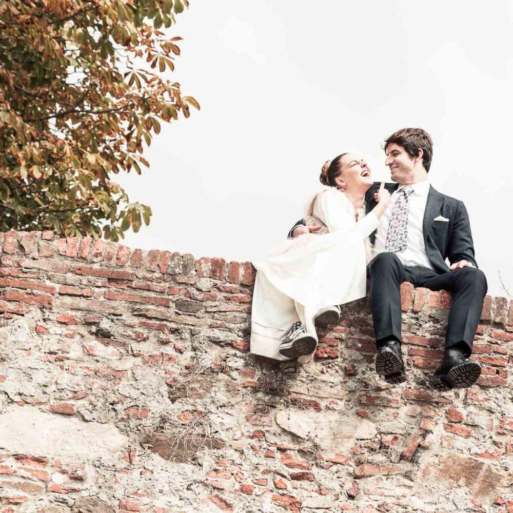 valentina esposito fotoreporter matrimoni sposi seduti su mura di lucca