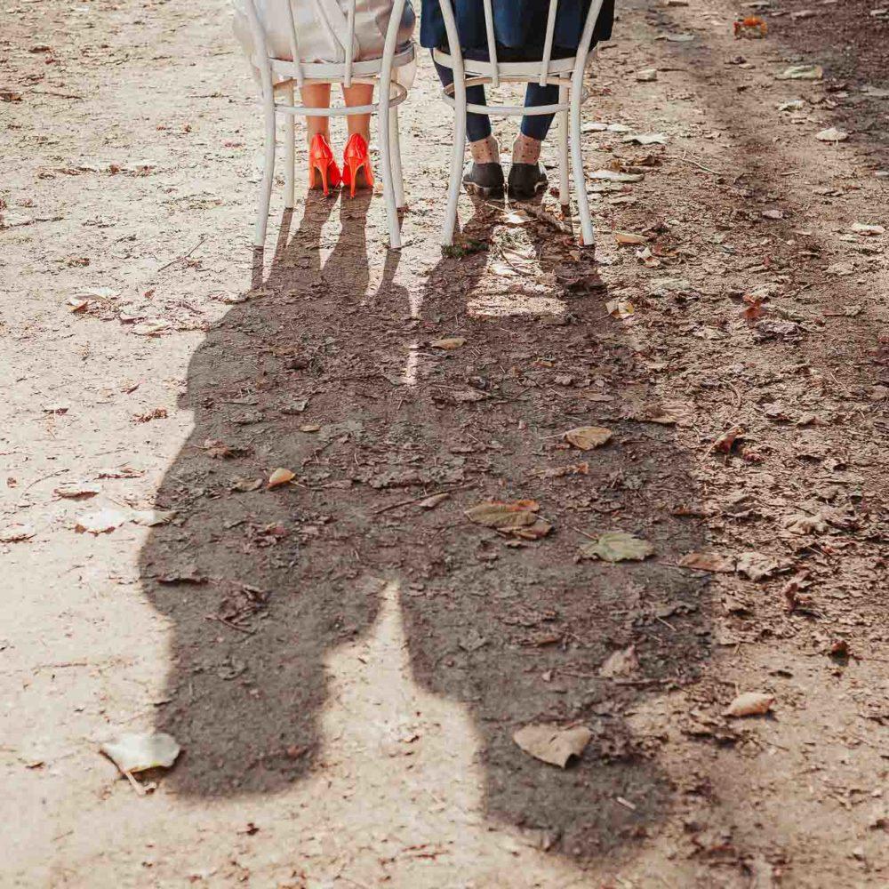 valentina esposito fotoreporter matrimoni autunno dettaglio piedi con ombre riflesse sagome sposi