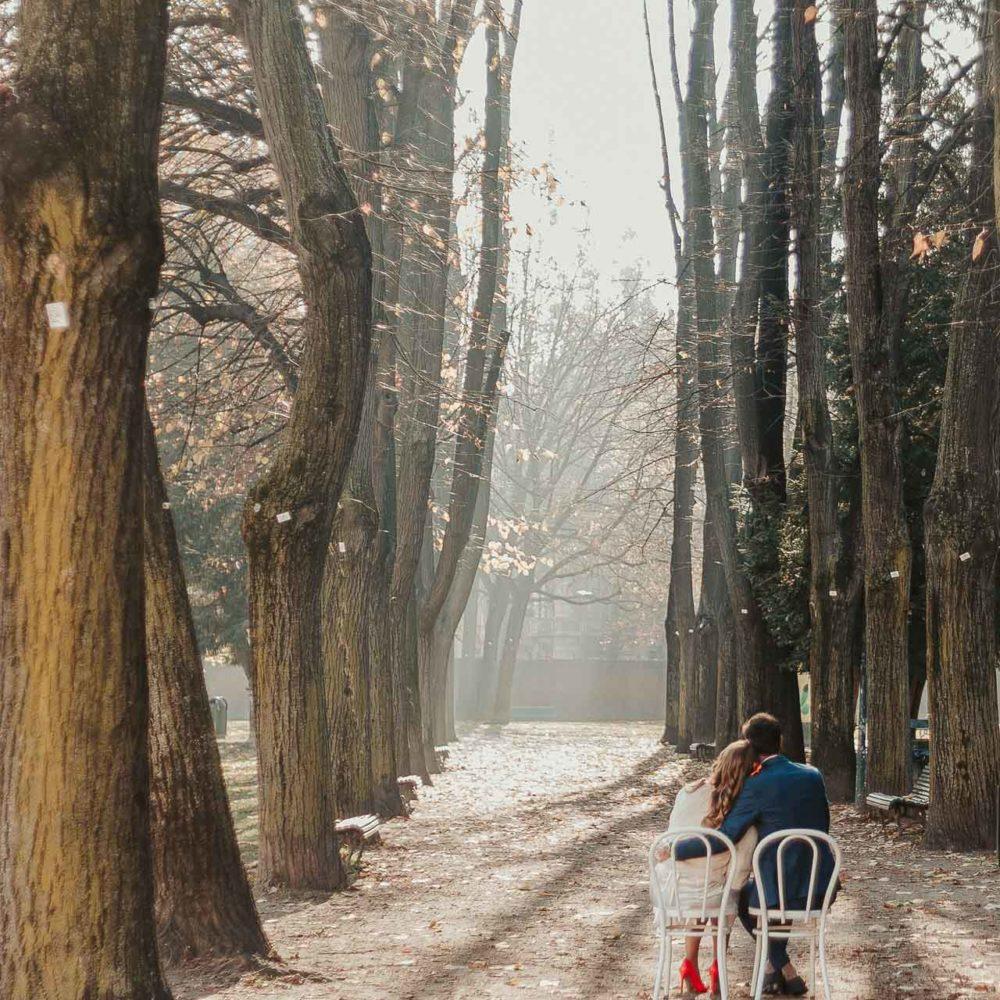 valentina esposito fotoreporter matrimoni autunno viale alberato con sposi su sedie bianche