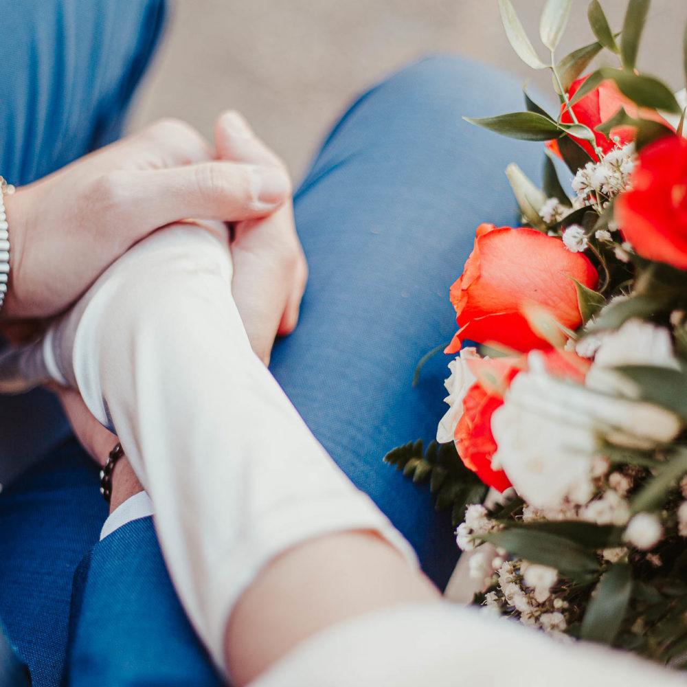 valentina esposito fotoreporter matrimoni autunno dettaglio incrocio mani sposi