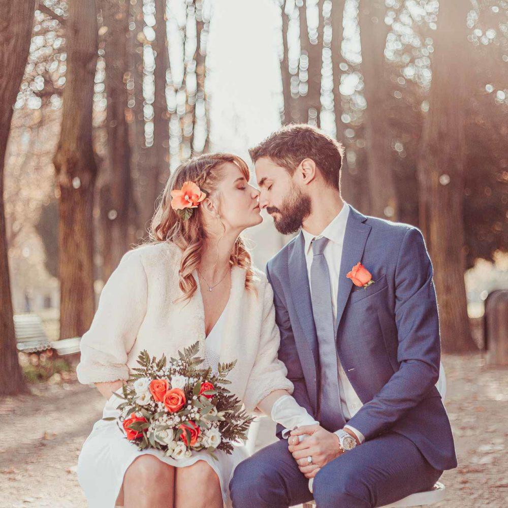 valentina esposito fotoreporter matrimoni autunno bacio sposi seduti su sedie in viale alberato