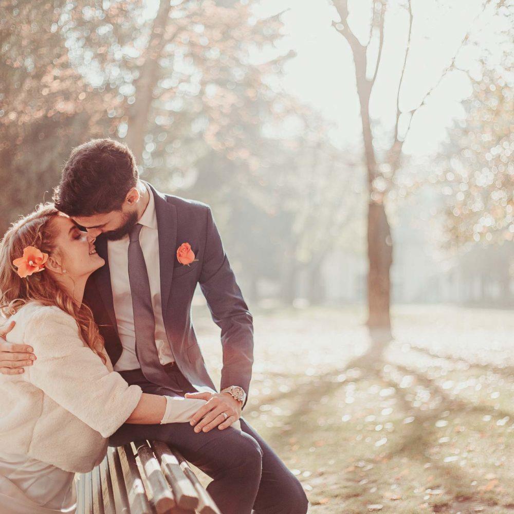 valentina esposito fotoreporter matrimoni autunno bacio sposi su panchina