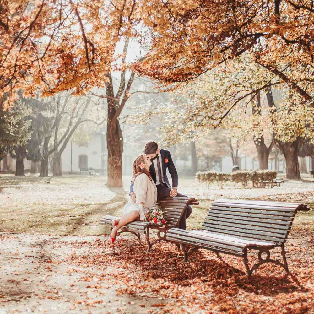 valentina esposito fotoreporter matrimoni autunno sposi che si baciano in parco autunnale