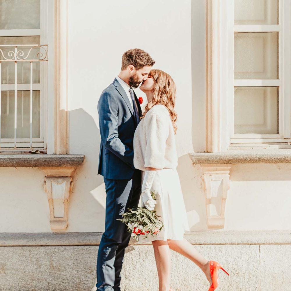valentina esposito fotoreporter matrimoni bacio sposi in piedi di fronte edificio