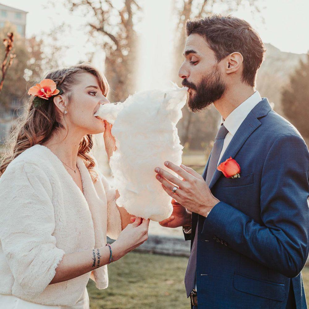 valentina esposito fotoreporter matrimoni autunno sposi che mangiano zucchero filato