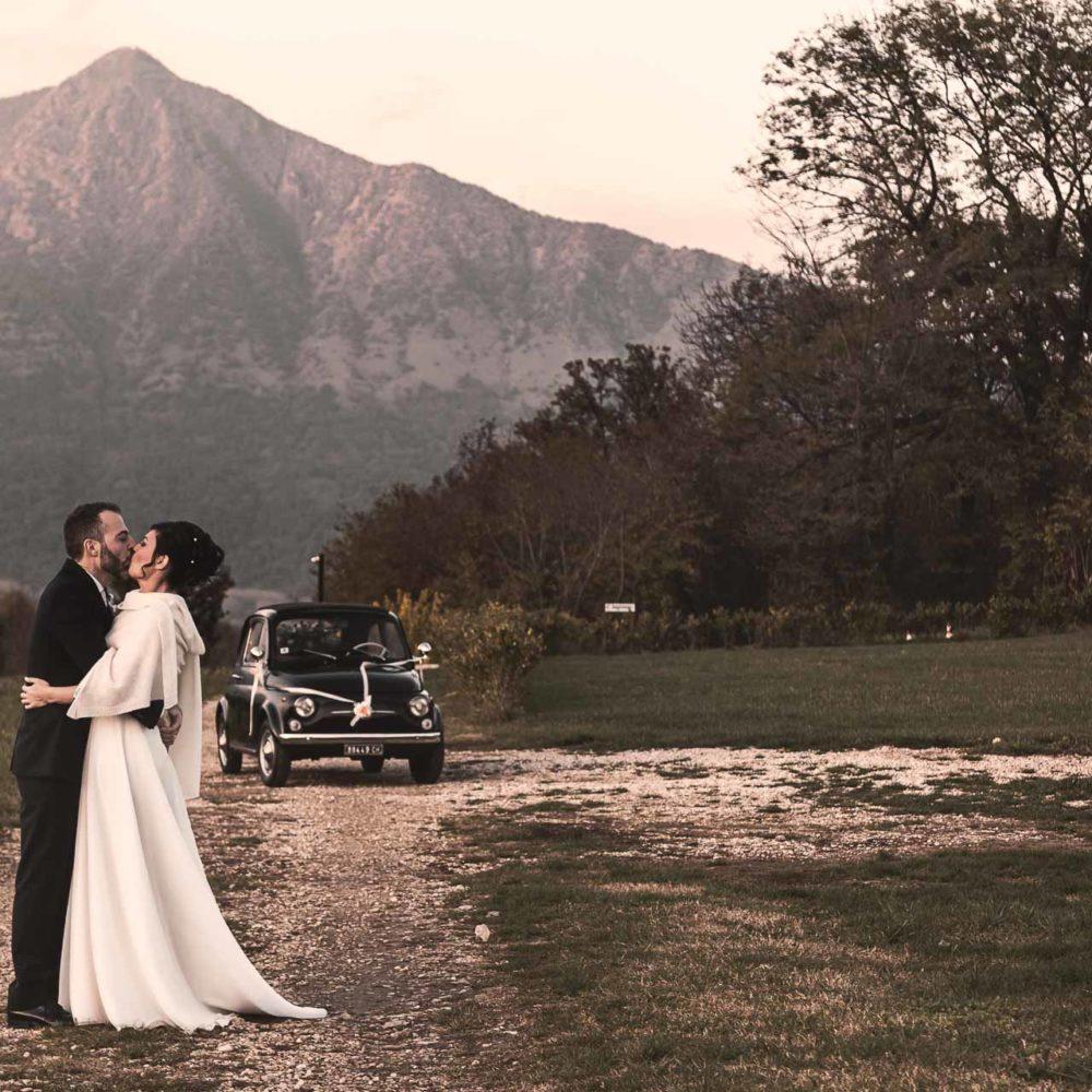 valentina esposito fotoreporter matrimonio autunno sposi che si baciano sfondo montano