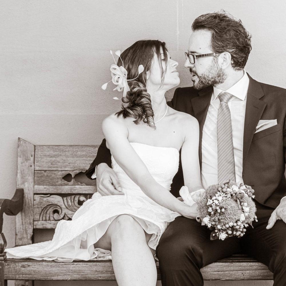 valentina esposito fotoreporter matrimoni sposi seduti su panchina si guardano