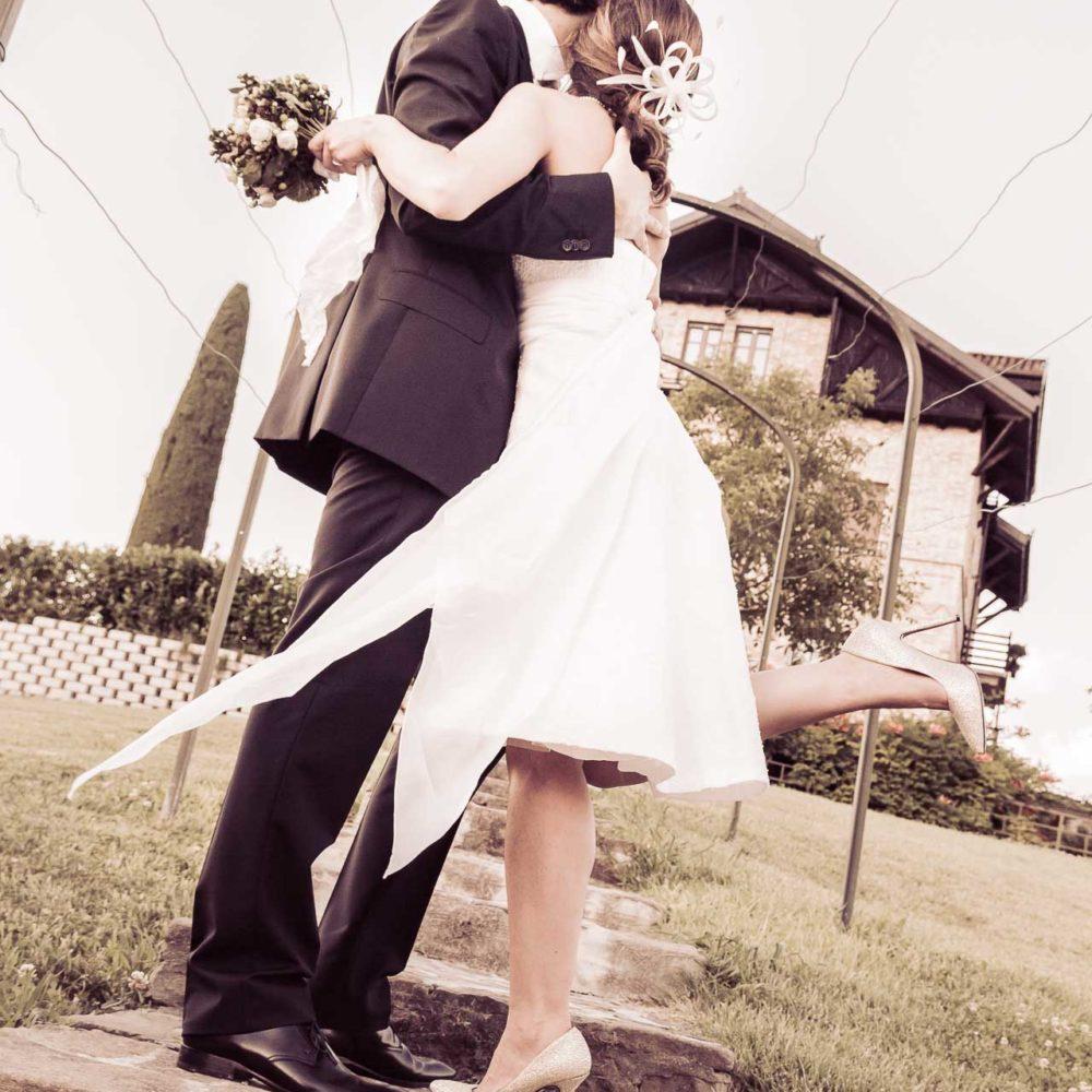 valentina esposito fotoreporter matrimoni sposi che si abbracciano casetta sfondo