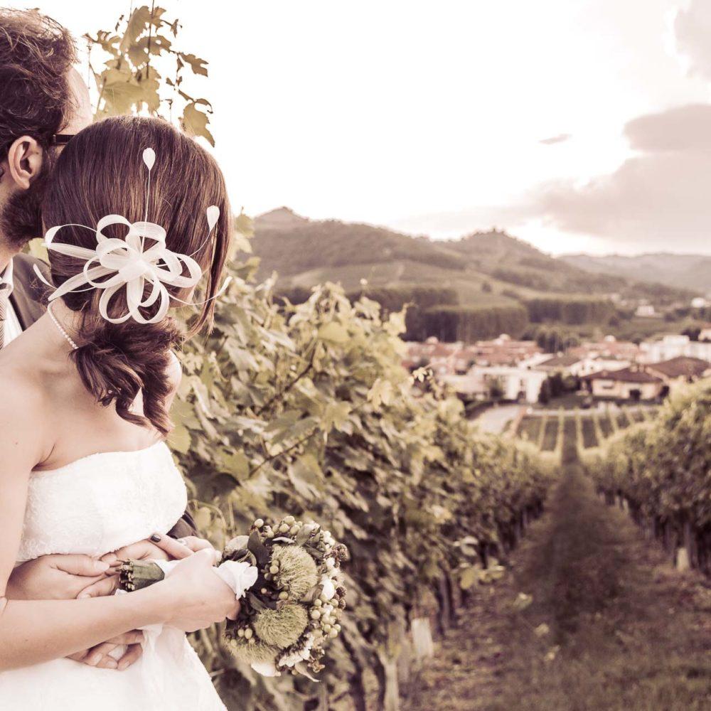 valentina esposito fotoreporter matrimoni abbraccio sposi verso orizzonte vigneto