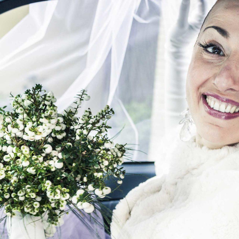 valentina esposito fotoreporter matrimonio inverno sposa che sorride felice con bouquet