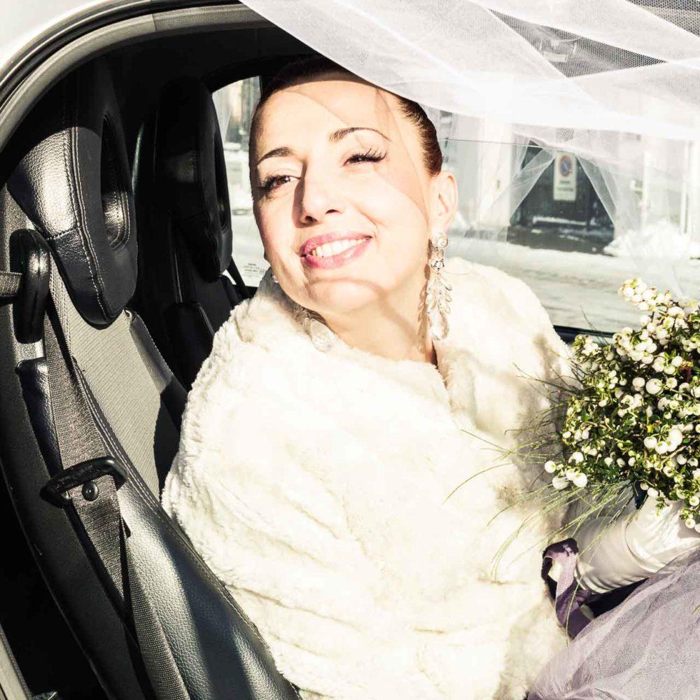 valentina esposito fotoreporter matrimonio inverno sposa che sorride felice nell'abitacolo della macchina