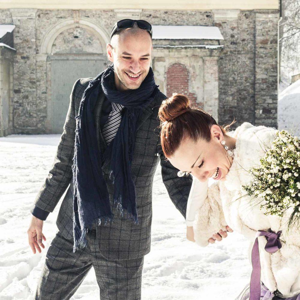 valentina esposito fotoreporter matrimonio inverno sposi sulla neve che giocano