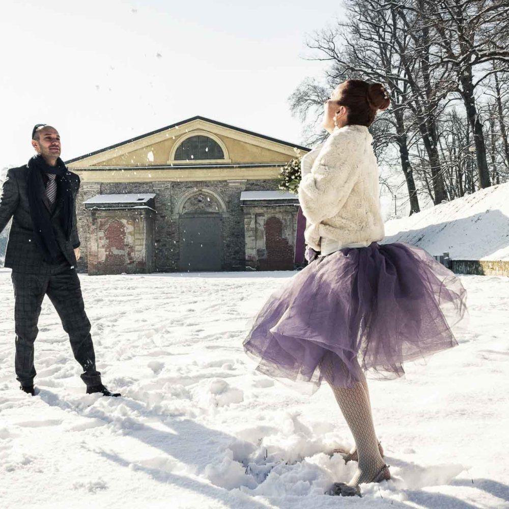 valentina esposito fotoreporter matrimonio inverno sposi sulla neve che giocano a palle di neve