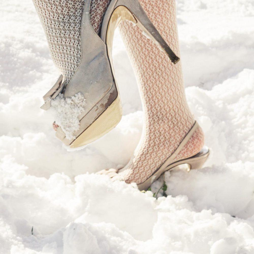 valentina esposito fotoreporter matrimonio inverno dettaglio scarpe sposa nella neve