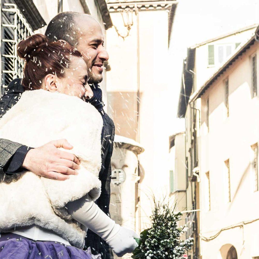 valentina esposito fotoreporter matrimonio inverno sposi usciti dalla sala comunale sotto il lancio del riso