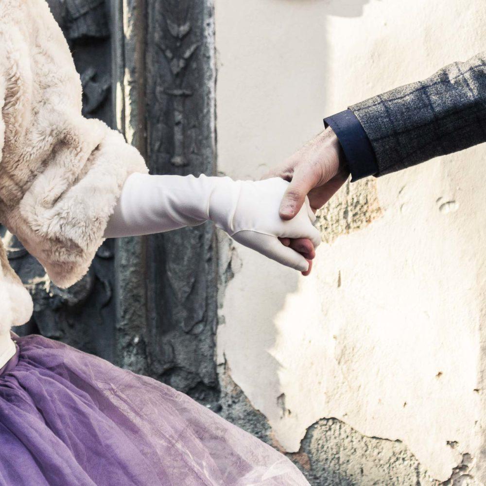 valentina esposito fotoreporter matrimonio inverno sposi che si danno la mano dettaglio