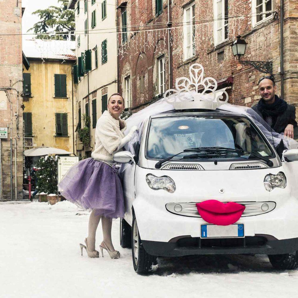 valentina esposito fotoreporter matrimonio inverno sposi con macchina smart allestita per matrimonio