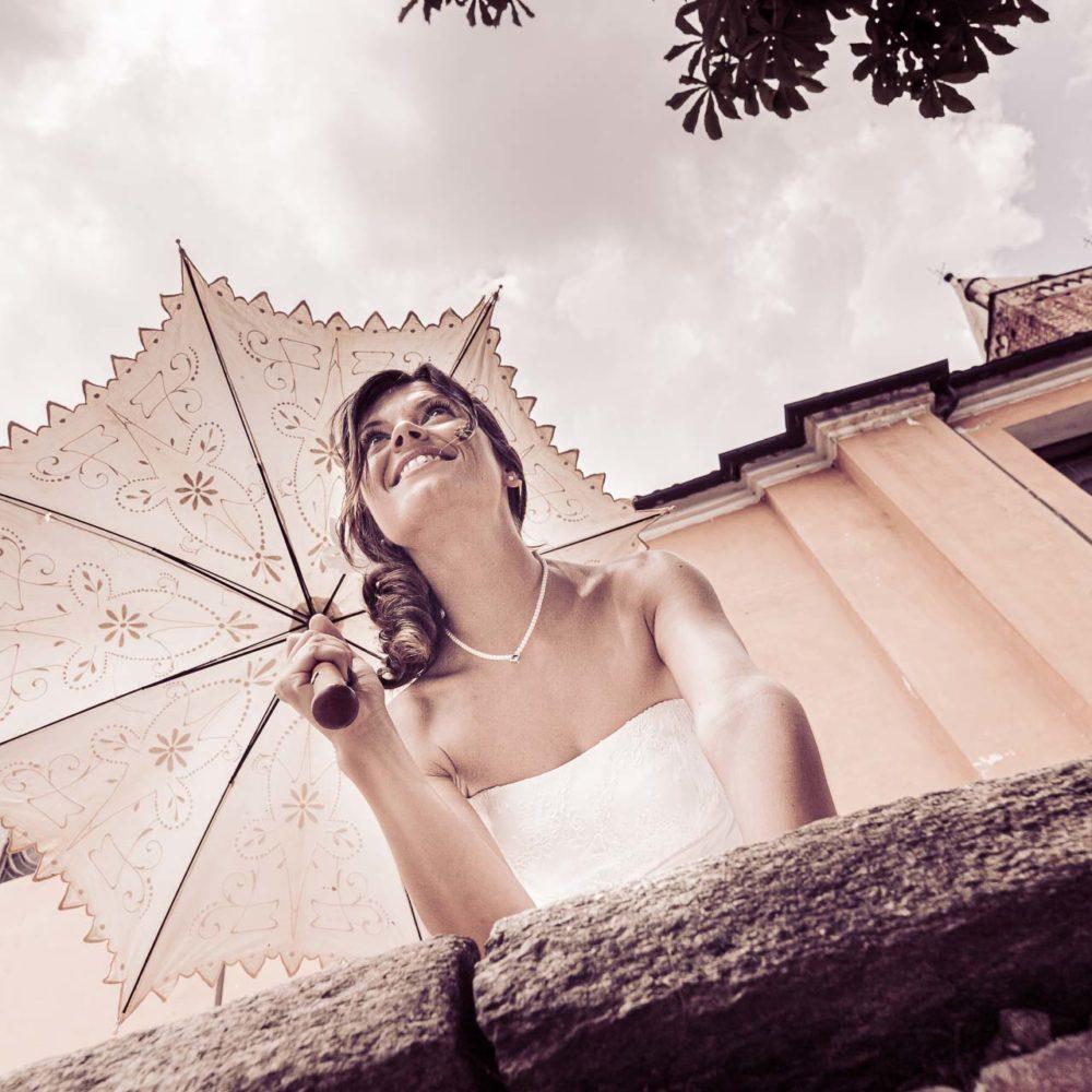 valentina esposito fotoreporter matrimoni sposa ripresa dal basso con obrello di fine ottocento