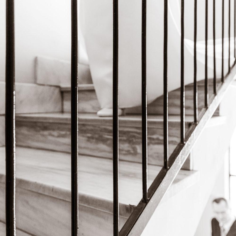 valentina esposito fotoreporter matrimoni sposa che scende scale di casa con padre sullo sfondo