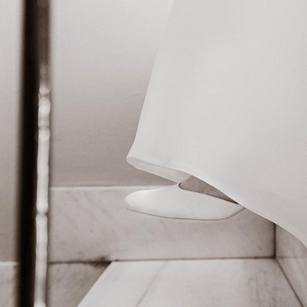 valentina esposito fotoreporter matrimoni sposa che scende scale di casa bianco e nero