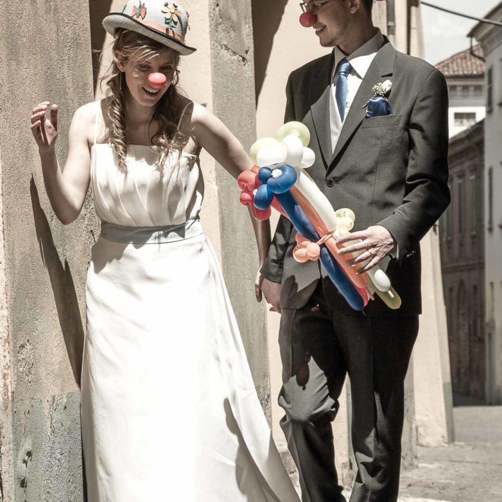 valentina esposito fotoreporter matrimoni sposi vestiti da clown con naso rosso giocano per strada