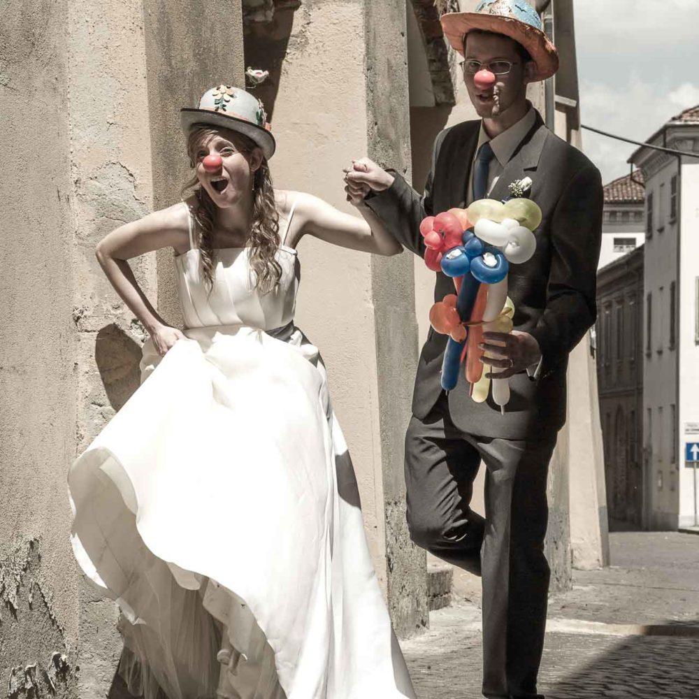 valentina esposito fotoreporter matrimoni sposi vestiti da clown con naso rosso giocano per strada-2