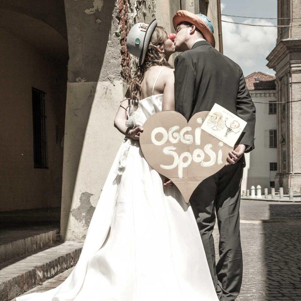 valentina esposito fotoreporter matrimoni sposi vestiti da clown con naso rosso si baciano