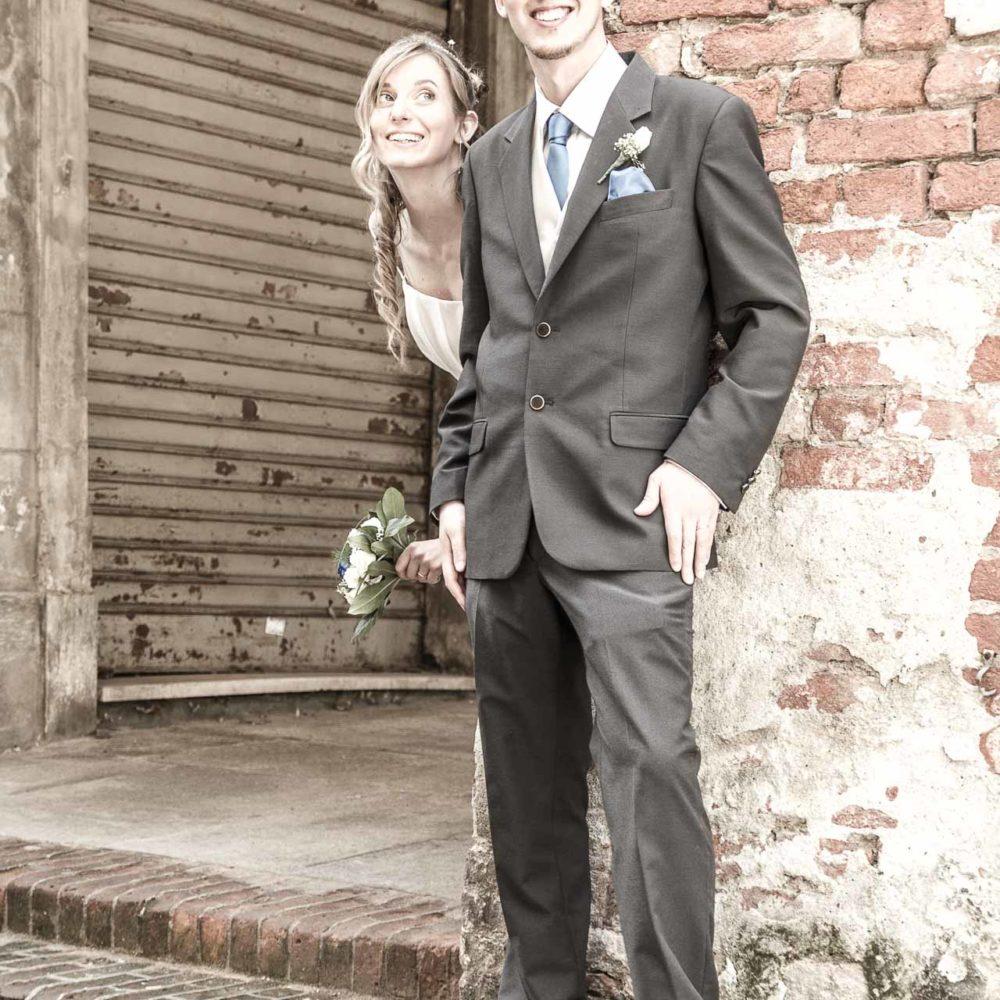 valentina esposito fotoreporter matrimoni sposi scherzano sotto portico medievale