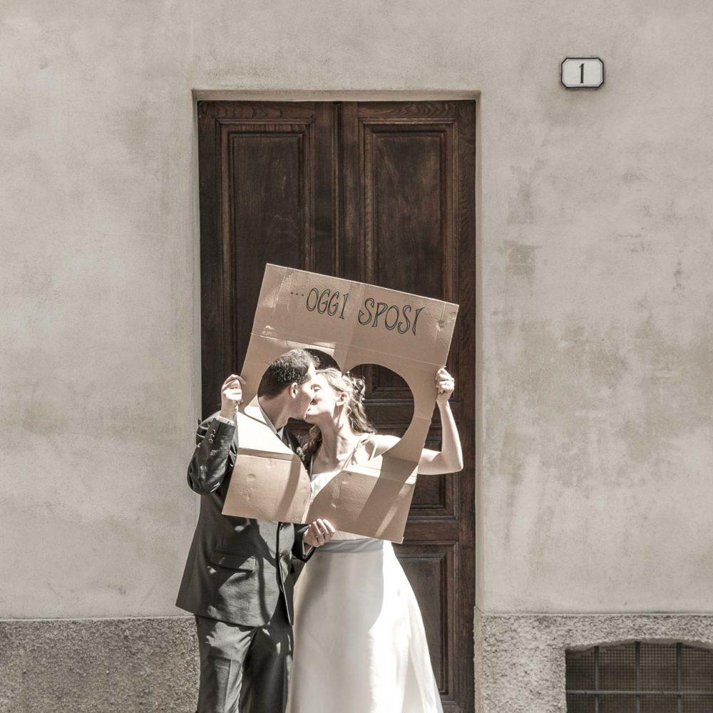 valentina esposito fotoreporter matrimoni sposi che si baciano di fronte a portone