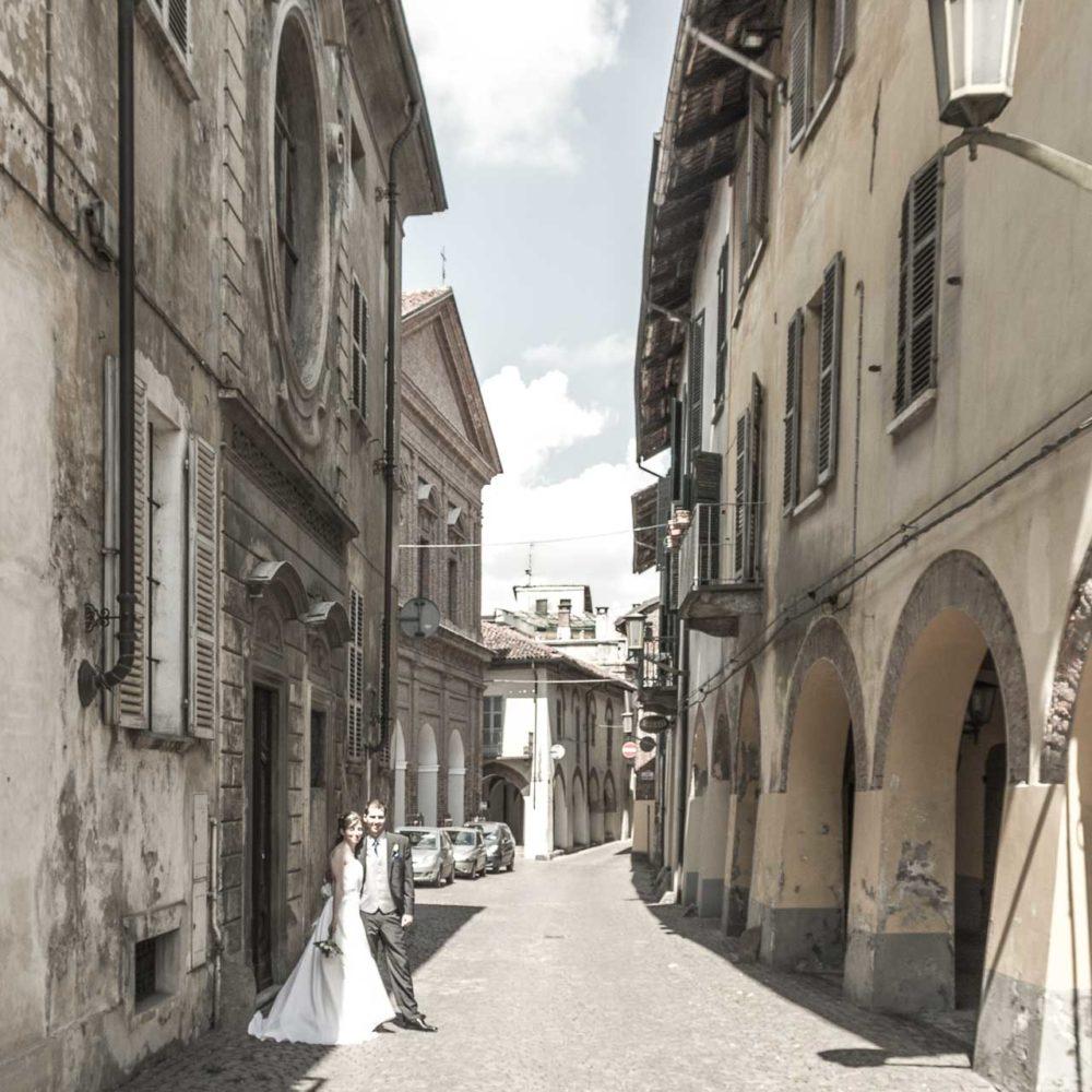 valentina esposito fotoreporter matrimoni sposi in posa su via medievale centro cittadino