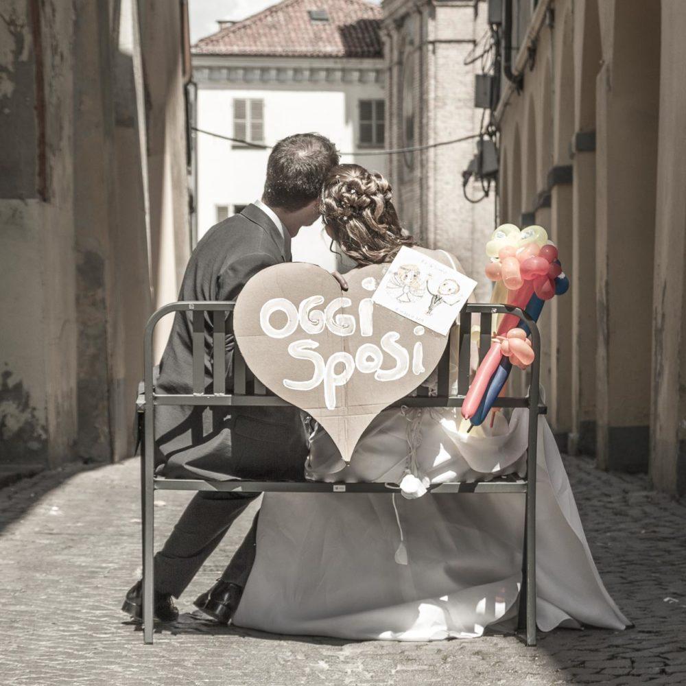 valentina esposito fotoreporter matrimoni sposi di schiena seduti su panchina in mezzo alla strada