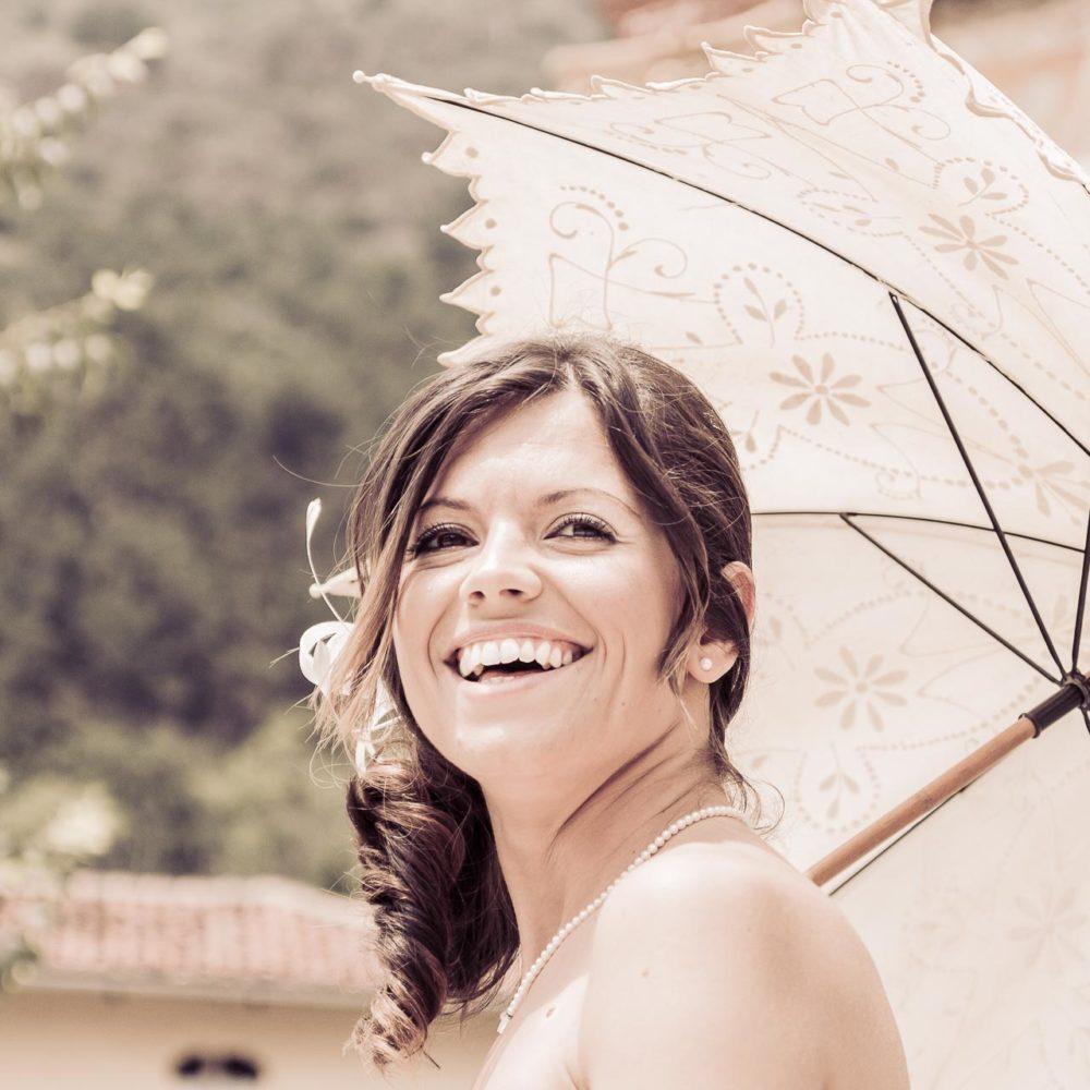 valentina esposito fotoreporter matrimoni sposa con ombrello sorride