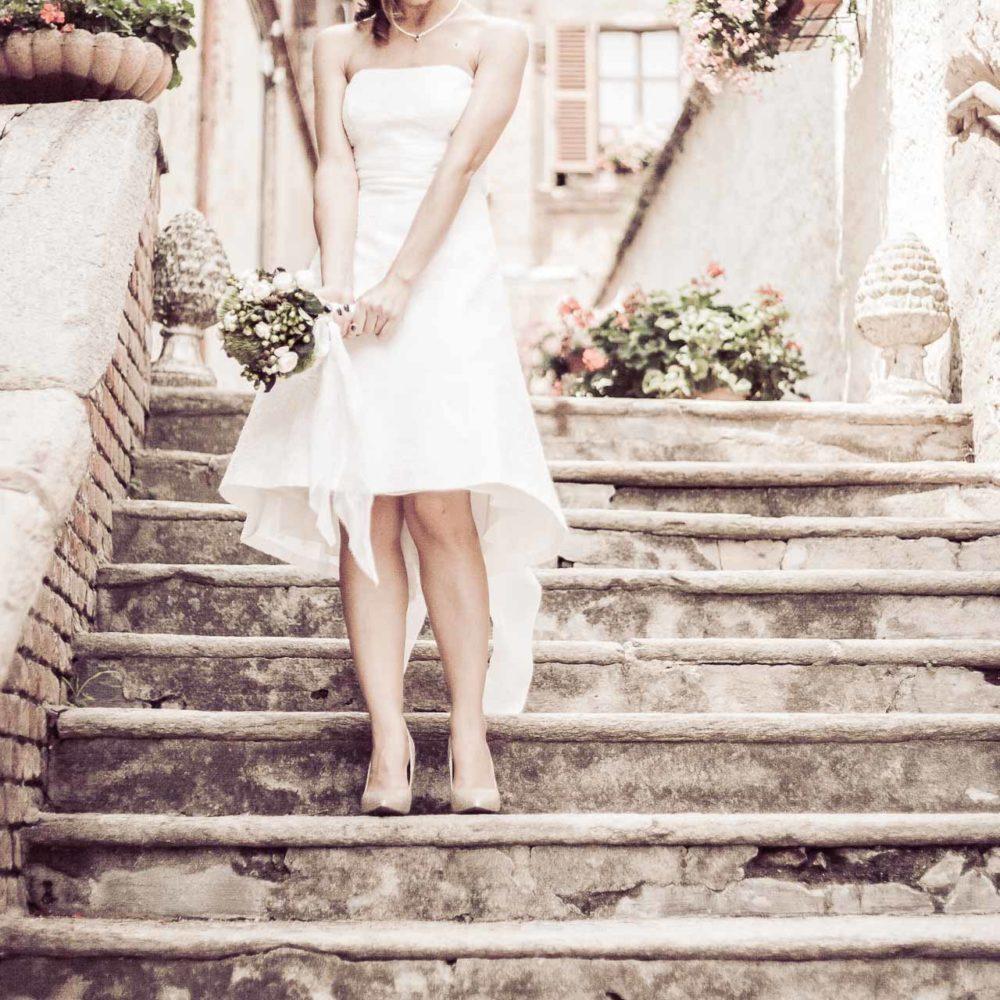 valentina esposito fotoreporter matrimoni sposa sulle scale sorridente