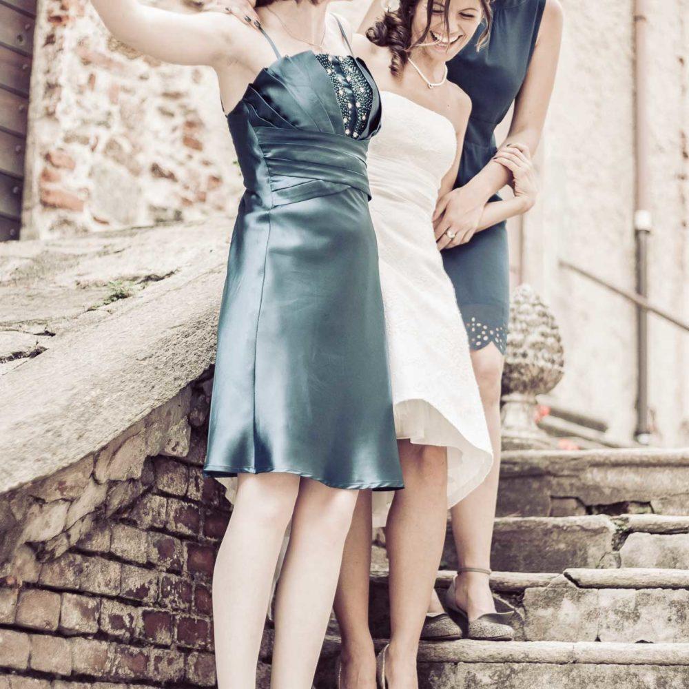 valentina esposito fotoreporter matrimoni sposa con testimoni sulle scale