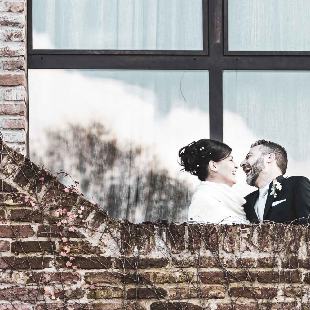 valentina esposito fotoreporter matrimonio autunno sposi che ridono su scala