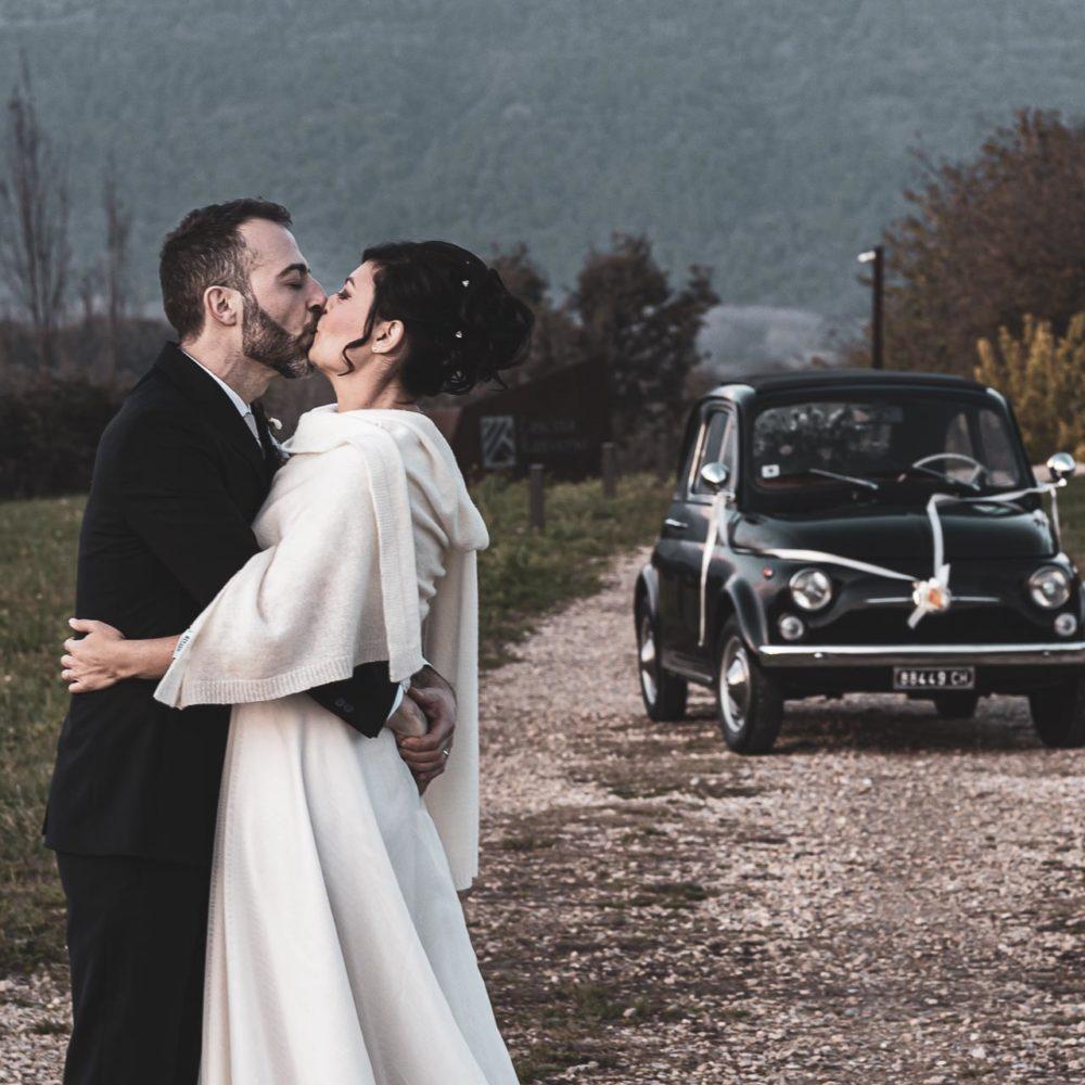valentina esposito fotoreporter matrimonio autunno sposi che si baciano con macchina 500 di sfondo
