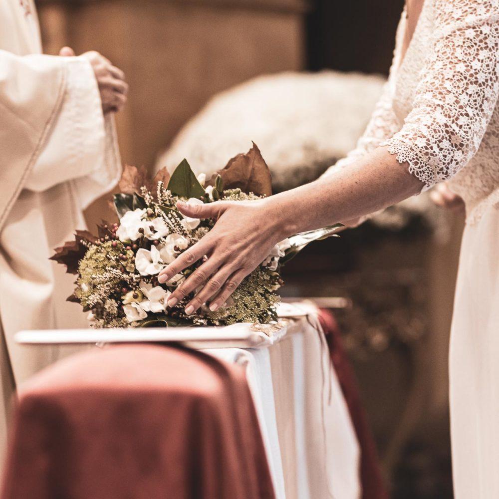 valentina esposito fotoreporter matrimonio autunno sposa che appoggia bouquet in chiesa